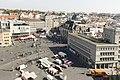 Blick auf den Markt Halle Saale Altstadt. Markttag vor dem Kaufhaus - panoramio.jpg