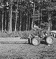 Bosbewerking, arbeiders, boomstammen, landbouwmachines, werktuigen, sleepwerkzaa, Bestanddeelnr 253-4002.jpg