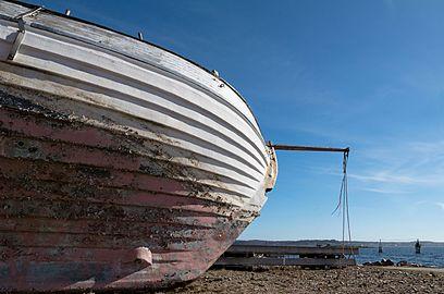 Bow of a wrecked fishing boat on Grötö.jpg
