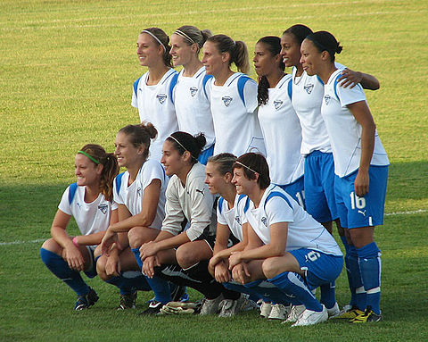 Boston Breakers squad featuring Kristine Lilly before a match, 2009 Breakersteam2009.jpg
