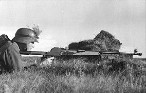Bundesarchiv Bild 101I-292-1262-07, Nordfrankreich, Soldat mit Panzerbüchse.jpg