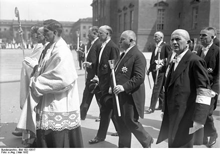 Brüning and others at Corpus Christi Procession, 1932 Bundesarchiv Bild 102-13517, Berlin, Fronleichnam-Prozession, Brüning.jpg