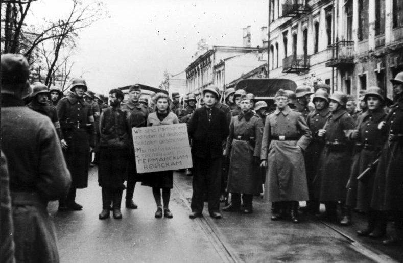 Bundesarchiv Bild 146-1972-026-43, Minsk, Widerstandskämpfer vor Hinrichtung