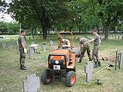 Miembros de la Bundeswehr trabajan en cementerios de los caídos de guerra alemanes.