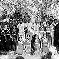 COLLECTIE TROPENMUSEUM Dodenfeest in kampong Tenong Lipu Celebes. Een groep danseressen samen met de goeroe (midden) voor een grote offersteen TMnr 10003203.jpg