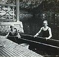 COLLECTIE TROPENMUSEUM F.W.M. Kerchman met zijn zoon Albert in de badplaats Mangli TMnr 60053716.jpg