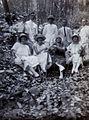 COLLECTIE TROPENMUSEUM Groepsportret tijdens een uitstapje in de omgeving van Gorontalo TMnr 60053990.jpg