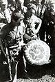 COLLECTIE TROPENMUSEUM Nederlandse militairen met de communistische symboliek die zij tijdens een militaire actie hebben buitgemaakt TMnr 60054041.jpg