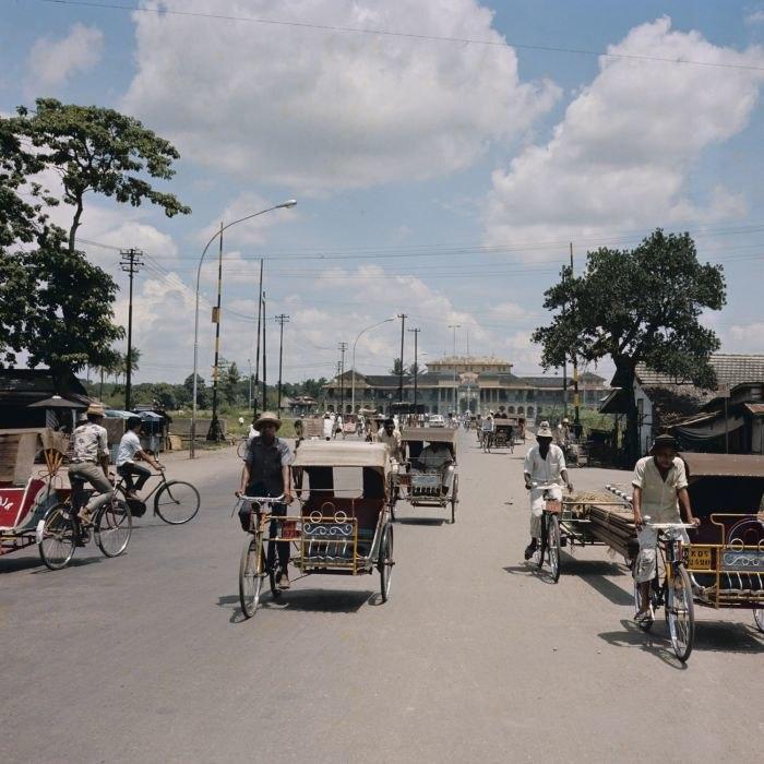 COLLECTIE TROPENMUSEUM Straatgezicht met becaks voor het Istana Maimun het paleis van de sultan van Deli TMnr 20025872