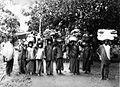 COLLECTIE TROPENMUSEUM Straatgezicht met een groep verkopers van onder meer bananen en doeken TMnr 60019825.jpg