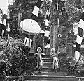 COLLECTIE TROPENMUSEUM Twee dienaressen van Rangda in een Barong- en Krisdans in het voorhof van de dorpstempel TMnr 20000312.jpg