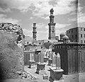 Cairo Zuidelijke begraafplaats met graftombes waarop steles zijn aangebracht, Bestanddeelnr 252-1721.jpg