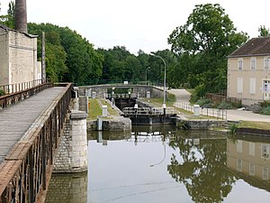 Canal du Loing - Three-way junction, with the Canal du Loing ahead, the Canal d'Orléans under the footbridge, left, and the Canal de Briare in the foreground
