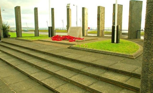 Carrickfergus war memorial - geograph.org.uk - 1094675