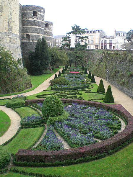 File:Chateau angers jardin interieur multiple.jpg