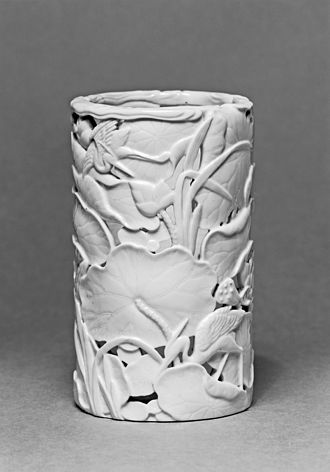 Dehua porcelain - Dehua porcelain ink brush holder, with design of carved cranes and lotuses worked into the paste. Late 17th-18th century (Qing dynasty), 9.7 cm (3.8 in) tall