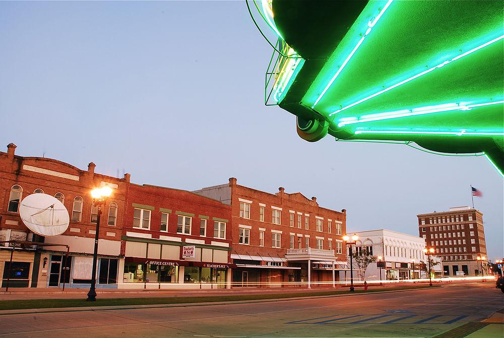 The population density of Crowley in Louisiana is 875 people per square kilometer (2267.52 / sq mi)