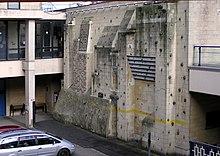 Un mur d'escalade en extérieur.