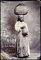 Collectie Nationaal Museum van Wereldculturen TM-60062272 Studioportret van een verkoopster van kolen Jamaica J.W. (John) Cleary (Fotograaf).jpg