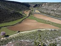 Confluencia de los rios Gritos y Zahorra desde Valeria.jpg