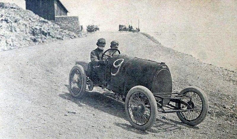File:Course de côte du Mont Ventoux 1912, Ettore Bugatti sur une Bugatti à chaînes.jpg