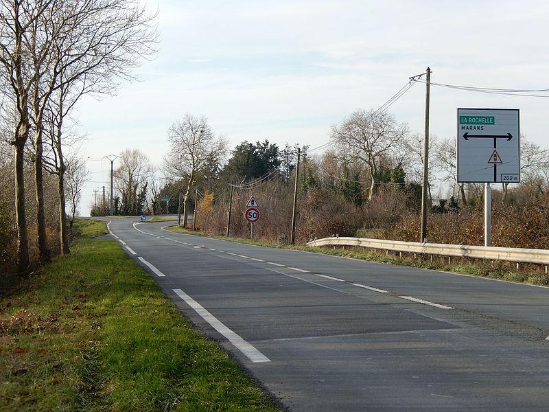 L'extrémité ouest de la route départementale D938TER, près de Marans en Charente-Maritime. Il s'agissait anciennement de la route nationale N138TER.