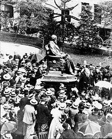 Enthüllung der bronzenen Darwin-Statue vor dem ehemaligen Gebäude der Shrewsbury School im Jahr 1897, umgeben von Schülern mit Strohhüten