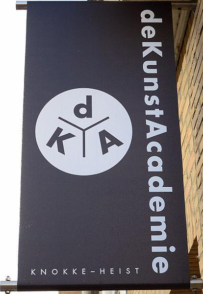 Uithangbord met logo en benaming van deKunstacademie aan de ingang in de Van Steenestraat 9 te 8300 Knokke-Heist, België.