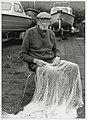 De 82-jarige nettenboeter Cees Keur is nog steeds aan het werk. Nicolaas Beetslaan 4, NL-HlmNHA 54034057.JPG