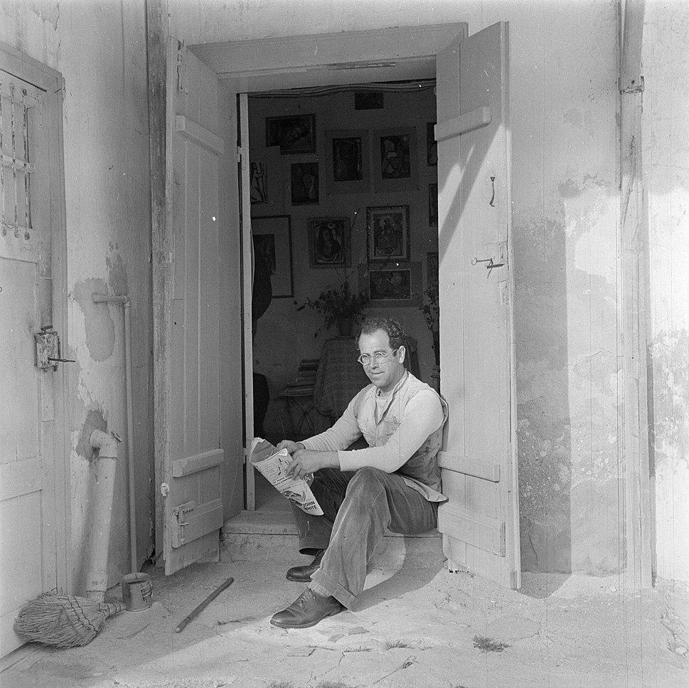 De uit Litouwen afkomstige schilder Joshua Kovarsky zittend in een deuropening, Bestanddeelnr 255-0751
