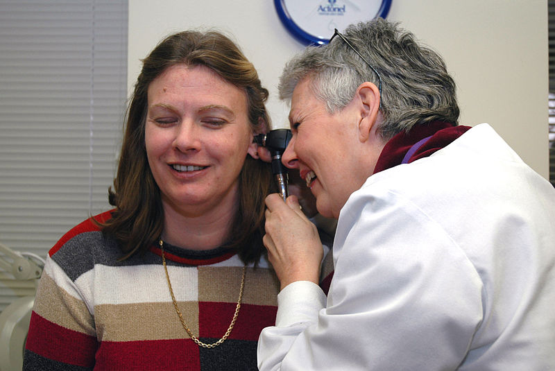 پرونده:Doctor examines patient's ear.jpg