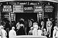 Drukte bij de Tuschinski bioscoop aan de Reguliersbreestraat te Amsterdam, Bestanddeelnr 930-3599.jpg