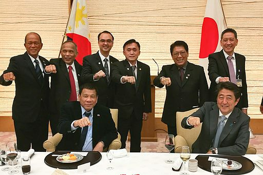 Duterte and Abe with Philippine Delegation 20161026