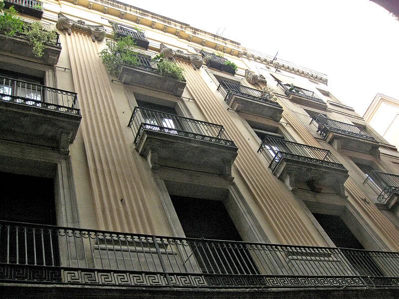 File:Edifici del carrer Escudellers, 5-9.jpg