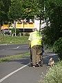 Einer der aus Erfahrung vorsichtigsten Fußgänger in Teltow. Südseite Mahlower Straße nahe Ruhlsdorfer Platz - panoramio.jpg