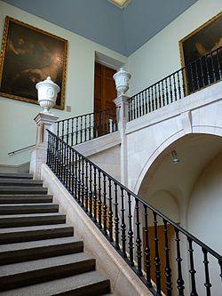 la escalera central del museo no se abri hasta el edificio solo tena escaleras internas en los extremos junto al patio en el sur y