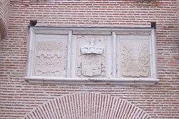 Escudos sobre la puerta principal, 1483.