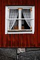 Ett typisk fönster på Vallby Friluftsmuseum.jpg