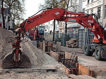 English: Two ATLAS wheeled hydraulic excavator...