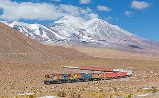 Un train du Ferrocarril de Antofagasta a Bolivia au pied du San Pedro dans le désert d'Atacama.  (définition réelle 4781×2951)