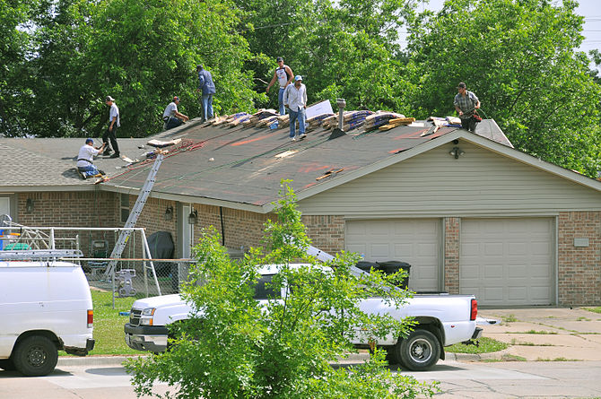 English: Moore, OK, May 26, 2010 -- A roofing ...