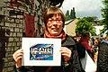 Franziska Helle mit ihrem Foto Theater an der Glocksee während des Flohmarkts auf dem Faust-Gelände in Hannover-Linden II.jpg