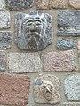 Głowy na murze.jpg