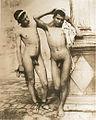 Gloeden, Wilhelm von (1856-1931) - n. 0228 - 1902 - Due nudi al San Domenico - Taschen, p. 82.jpg