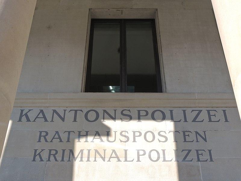 File:Gmüesbrugg (Rathausbrücke) - Kantonspolizei Rathausposten (P7800) 2015-09-29 15-59-16.JPG