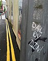 Graffito yn dangos chwarae ar eiriau trwy gyfnewid 'dir' a din (Caernarfon).jpg