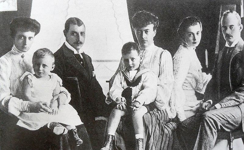 Файл: Великая княгиня Anstasia Mikahilovna России с ее family.jpg
