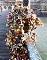 Grappe de cadenas, pont des Arts, Paris 15 mai 2014.jpg