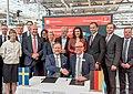 Gruppenbild Unterzeichnung des Partnerlandvertrags 2019 mit Schweden durch Fredrik Fexe und Marc Siemering auf der Hannover Messe 2018 06.jpg