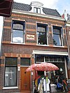 foto van Huis met gevelsteen 'in den Rosbaer 1611'